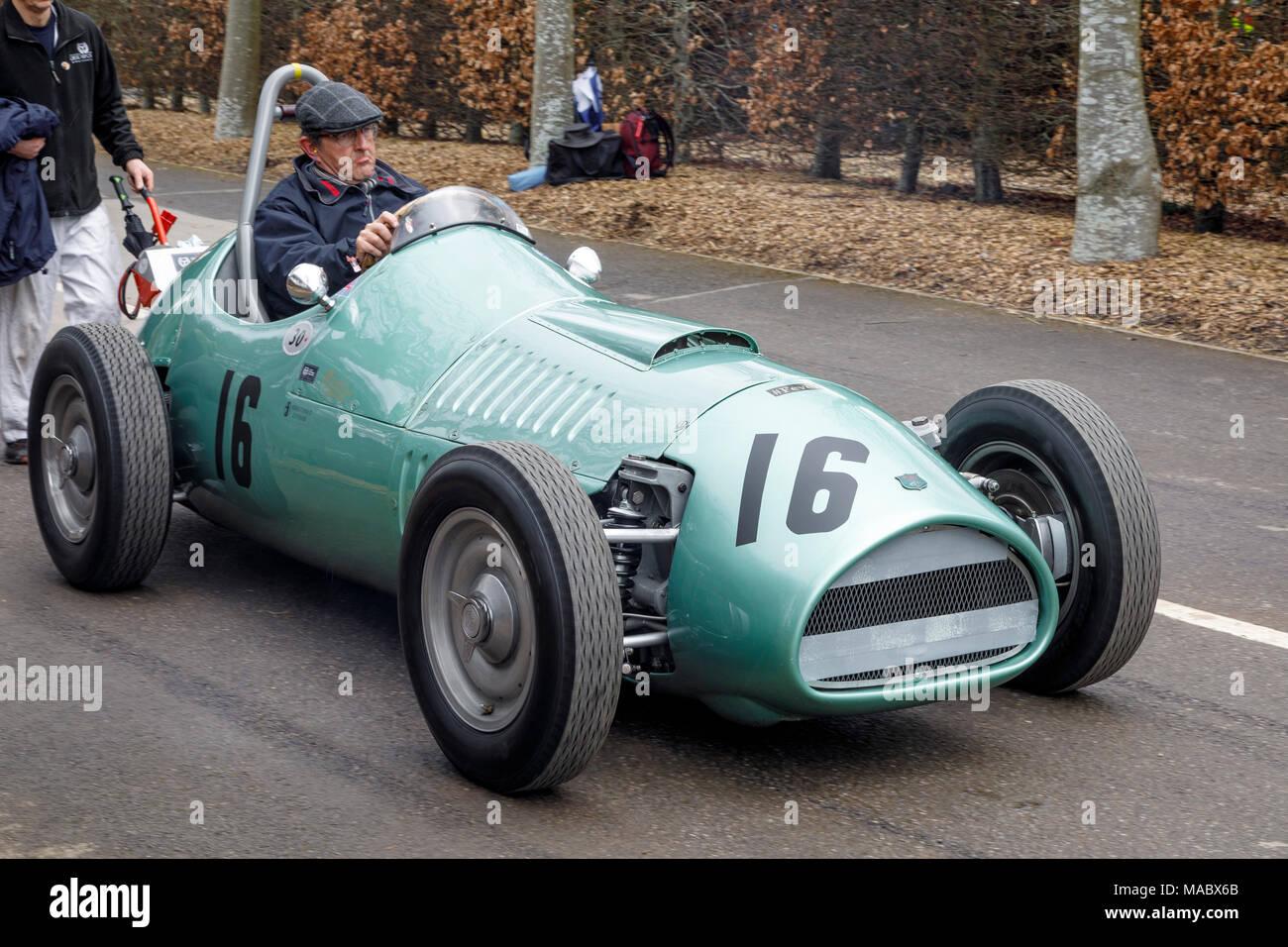 1954 Kieft-Climax GP, Hawthorne Trophy Teilnehmer, bewegt sich durch das Fahrerlager in Goodwood 76th Mitgliederversammlung, Sussex, UK. Stockbild