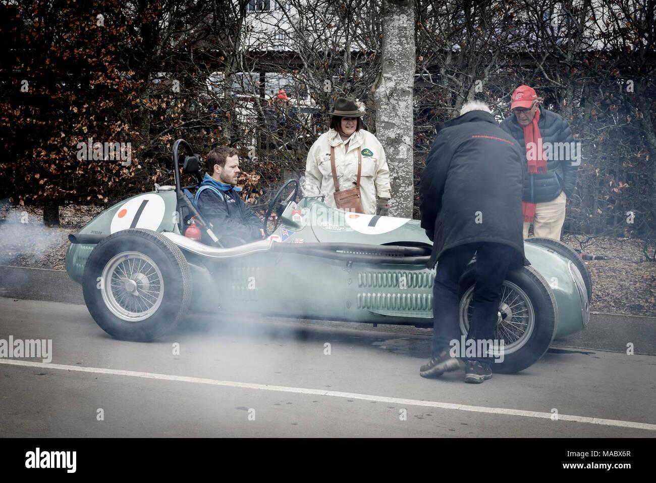 Ein Raucher 1959 HWM Alta 51 mit Treiber Jarrah Venebles, Hawthorne Trophy Teilnehmer, im Fahrerlager in Goodwood 76th Mitgliederversammlung, Sussex, UK. Stockbild