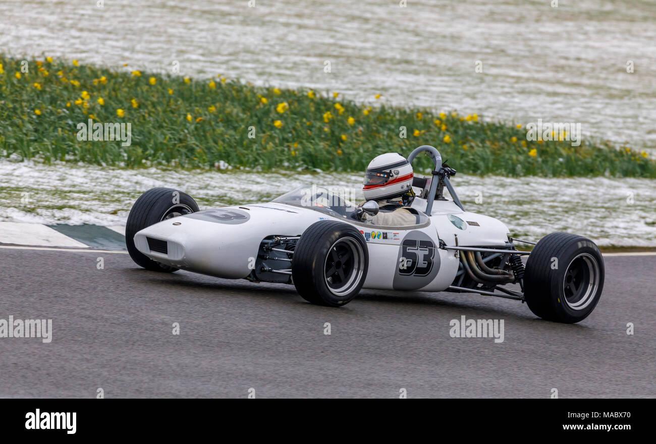 1966 Brabham-Ford BT 18 eine Formel 3 mit Fahrer Christopher Widmer während der Derek Bell Cup Rennen in Goodwood 76th Mitgliederversammlung, Sussex, UK. Stockbild