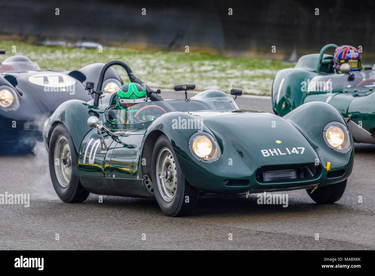 "1958 Lister-Jaguar ""KNORRIGEN"" mit Fahrer Stefan Ziegler während der salvadori Cup Rennen am Goodwood 76th Mitgliederversammlung, Sussex, UK. Stockbild"