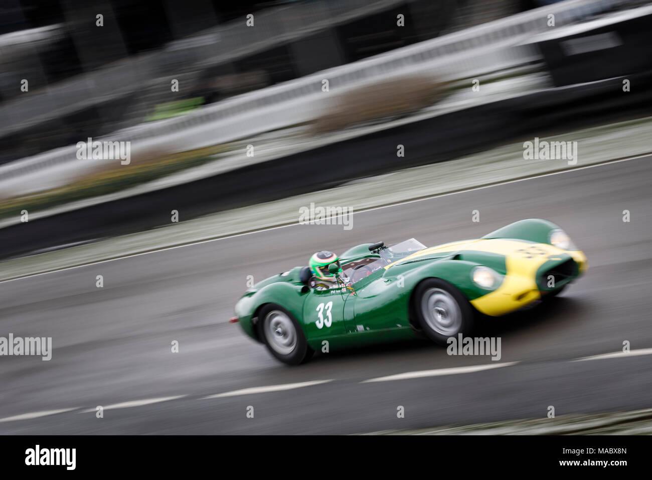"1959 Lister-Jaguar ""KNORRIGEN"" mit Fahrer Jon Minshaw während der salvadori Cup Rennen am Goodwood 76th Mitgliederversammlung, Sussex, UK. Stockbild"