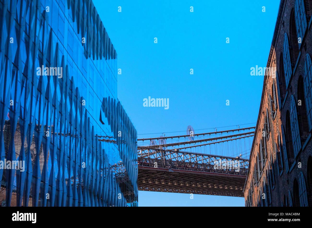 Ein design Abstraktion zeigt einen Abschnitt der Brooklyn Bridge zwischen einem alten Lagergebäude aus dem 19. Jahrhundert und ein ultra modernes Gebäude Stockbild