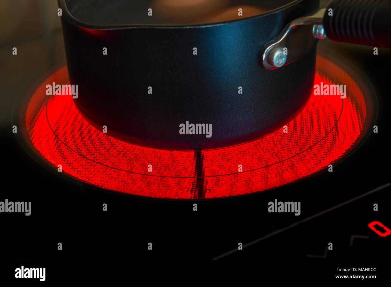 Auf eine leuchtende elektrische Keramik Kochfeld Topf Stockbild