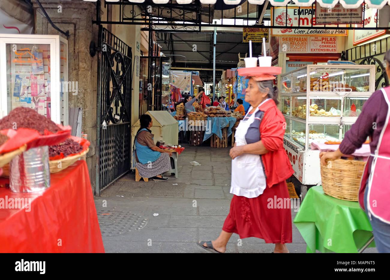 Einer der Eingänge zu den wichtigsten Markt in der Altstadt von Oaxaca, Mexiko, zeigt die Energie und einzigartige Straßenbild der Gegend. Stockbild