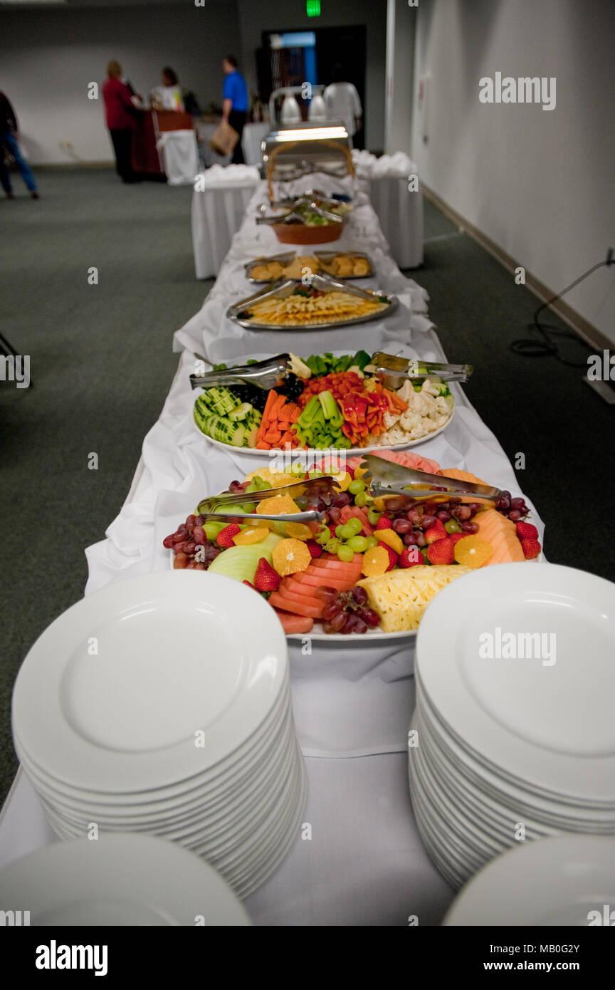 Eine low budget selbst serviert Buffet mit frischen Salaten, Obst Stockbild