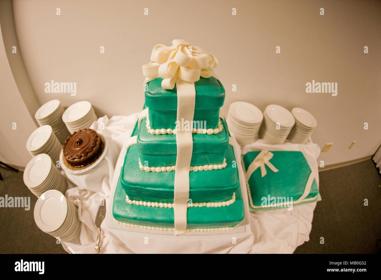 Vier 2-in-1 Grün low budget Hochzeit Kuchen auf einen Tisch und Hochzeit Stockbild