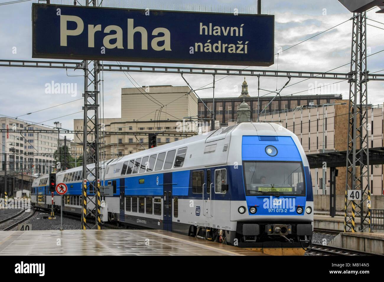 Einfahrt einer S-Bahn in den Prager Hauptbahnhof Stockbild