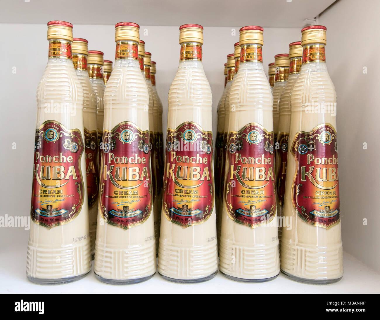 Barbados, 23. März 2018: Flaschen Ponche Kuba zum Verkauf am Mount Gay Rum Distillery. Stockbild
