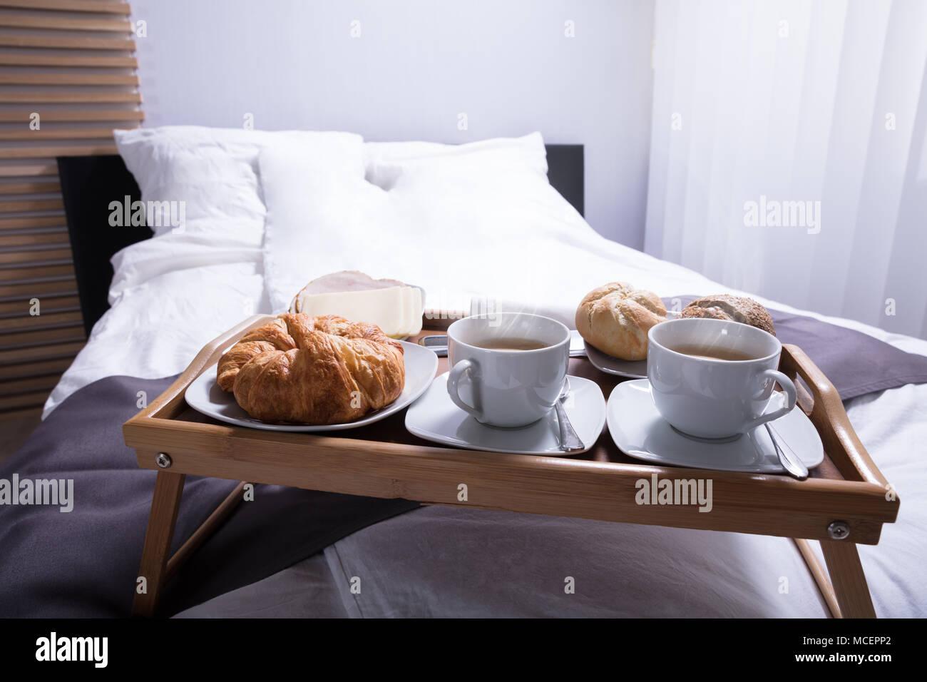 Frische Croissants und Kaffee zum Frühstück am Bett Stockbild