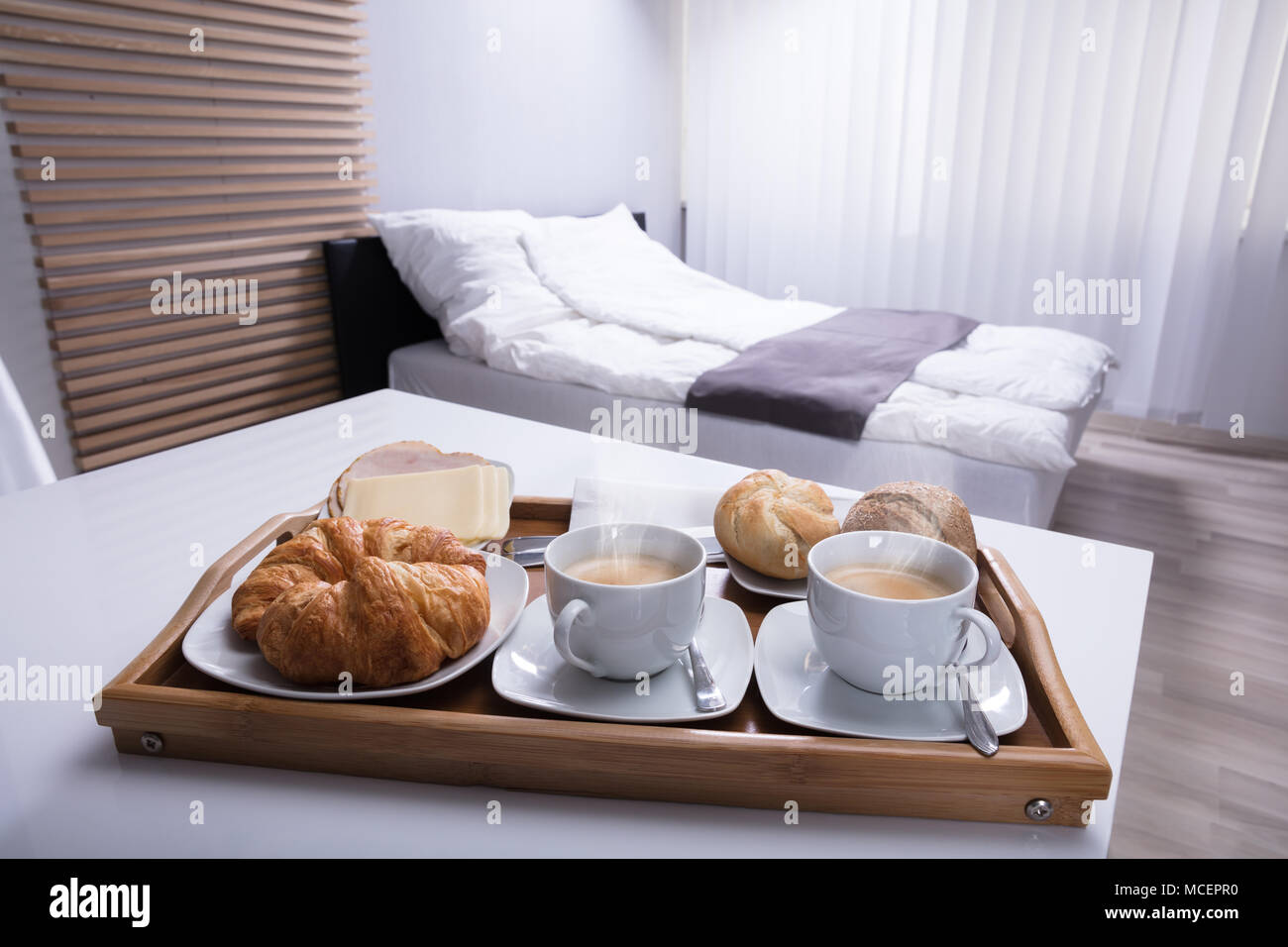 Frische Croissants und Tasse Tee in Holz- Fach zum Frühstück Stockbild