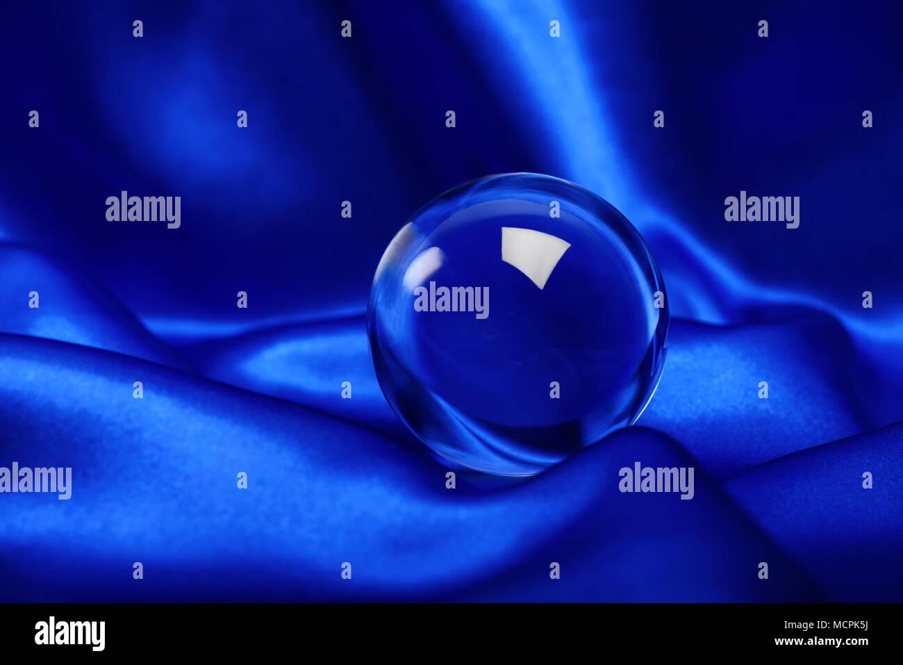 Leuchtender Kristall Kugel Schuß auf blaue Leinwand Stockbild