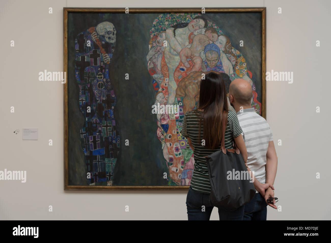 Zwei Leute anstarren, Gustav Klimt's Tod und Leben im Leopold Museum in Wien, Österreich Stockbild