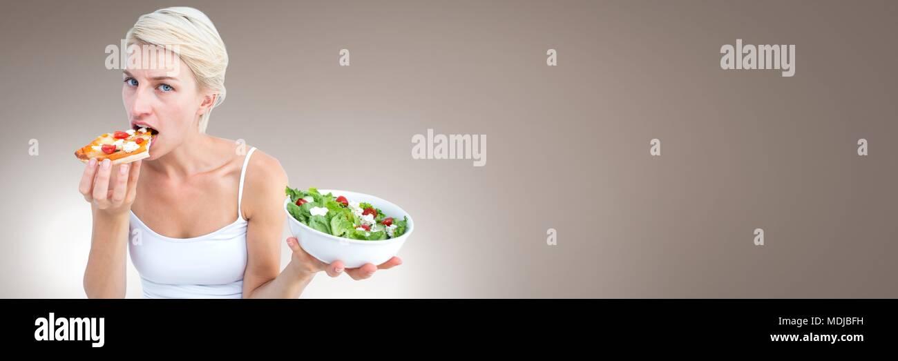 Frau entscheiden zwischen gesunder Ernährung und ungesunde Wahl Stockbild