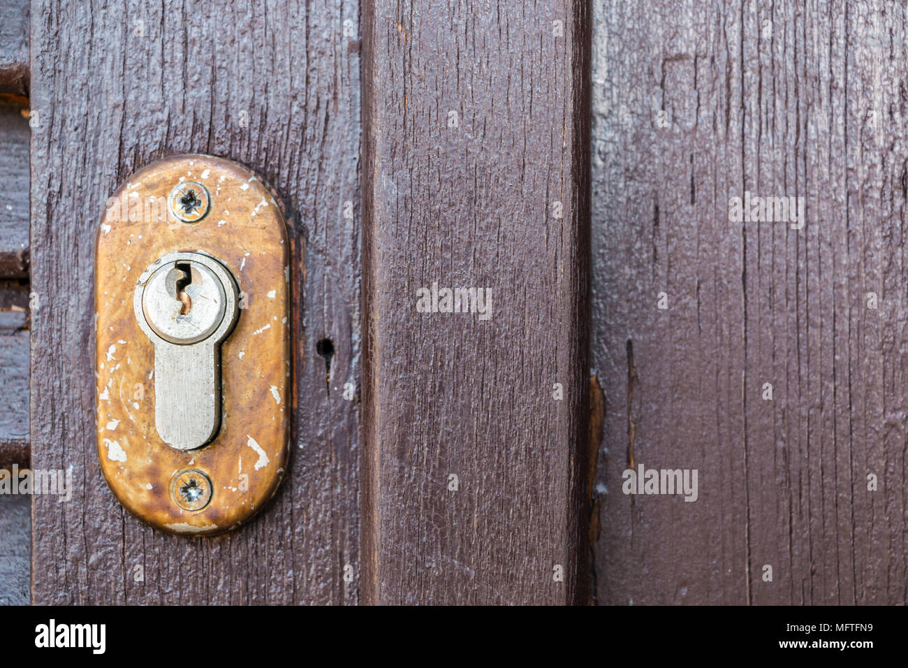 Sicherheitsschloss für eine alte hölzerne Tür im Garten Stockbild