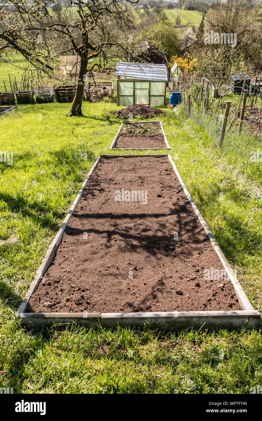 Braun pflanzen Bett in den grünen Garten Stockbild