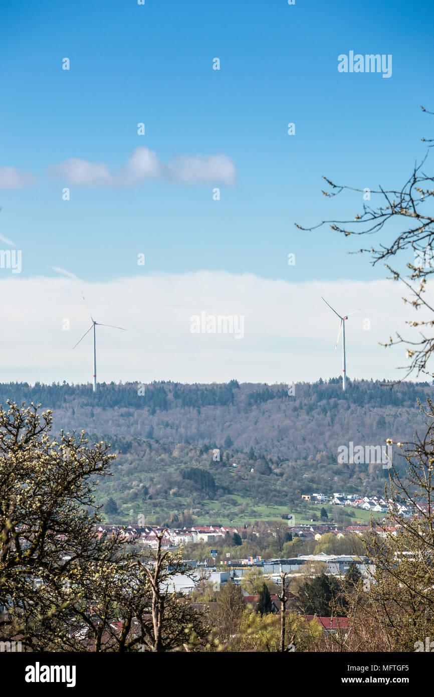 Windenergie in der Nähe des Dorfes Stockbild