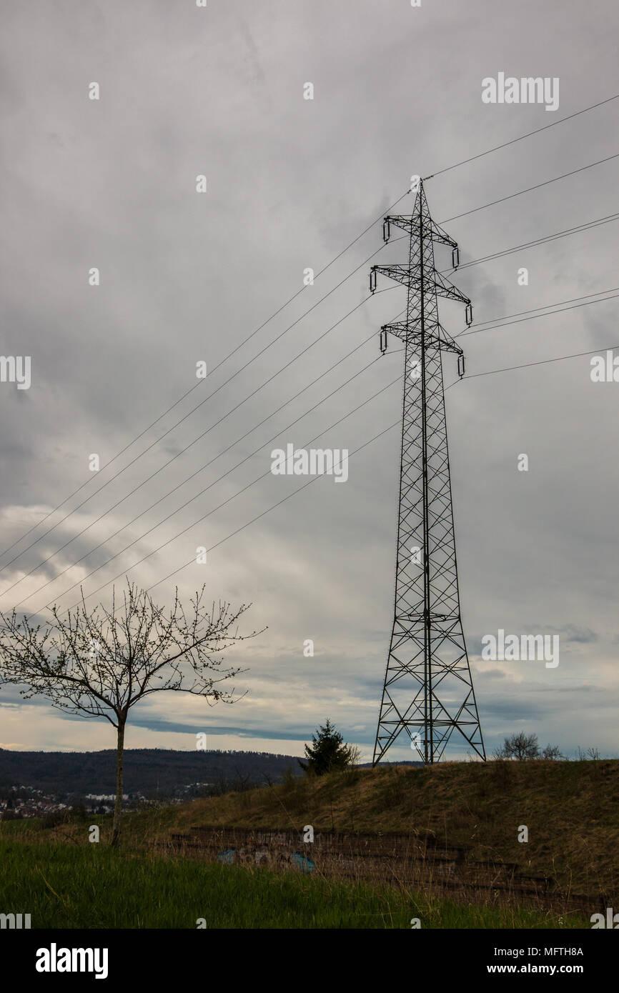 Strommast auf dem grünen Feld Stockbild