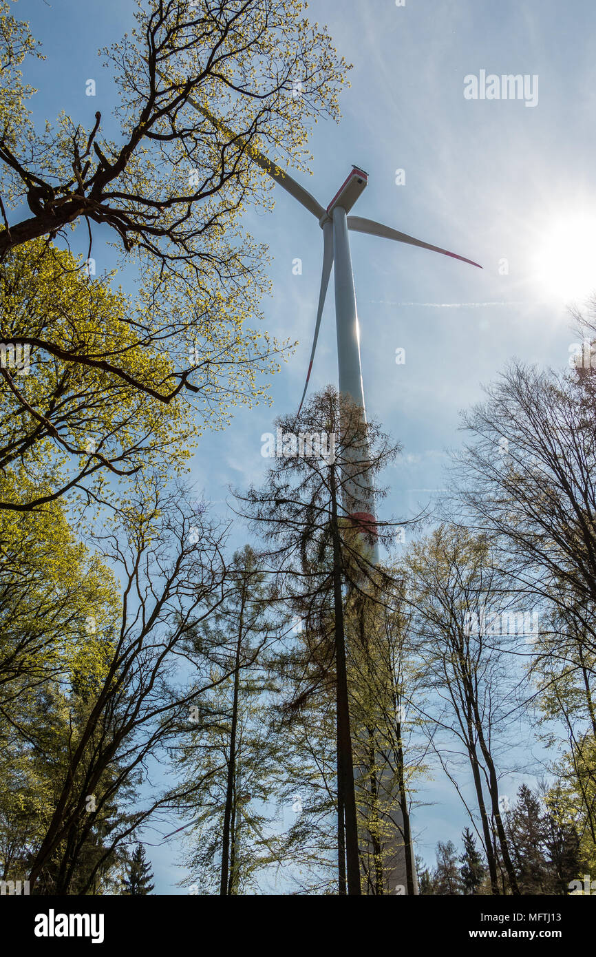 Große Windmühlen für Windenergie in der Nähe des Dorfes Stockbild