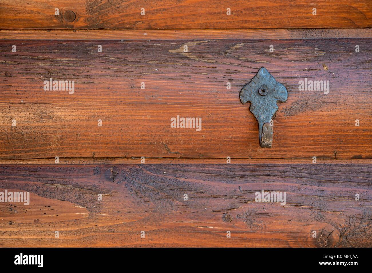 Kleiderhaken auf der hölzernen Wand einer Hütte im Garten Stockbild