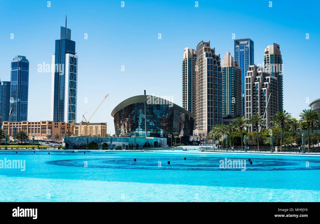 Dubai, Vereinigte Arabische Emirate - 26. März 2018: Dubai Oper und moderne Dubai Downtown Wolkenkratzer aus Dubai Mall am Tag mal anzeigen Stockbild