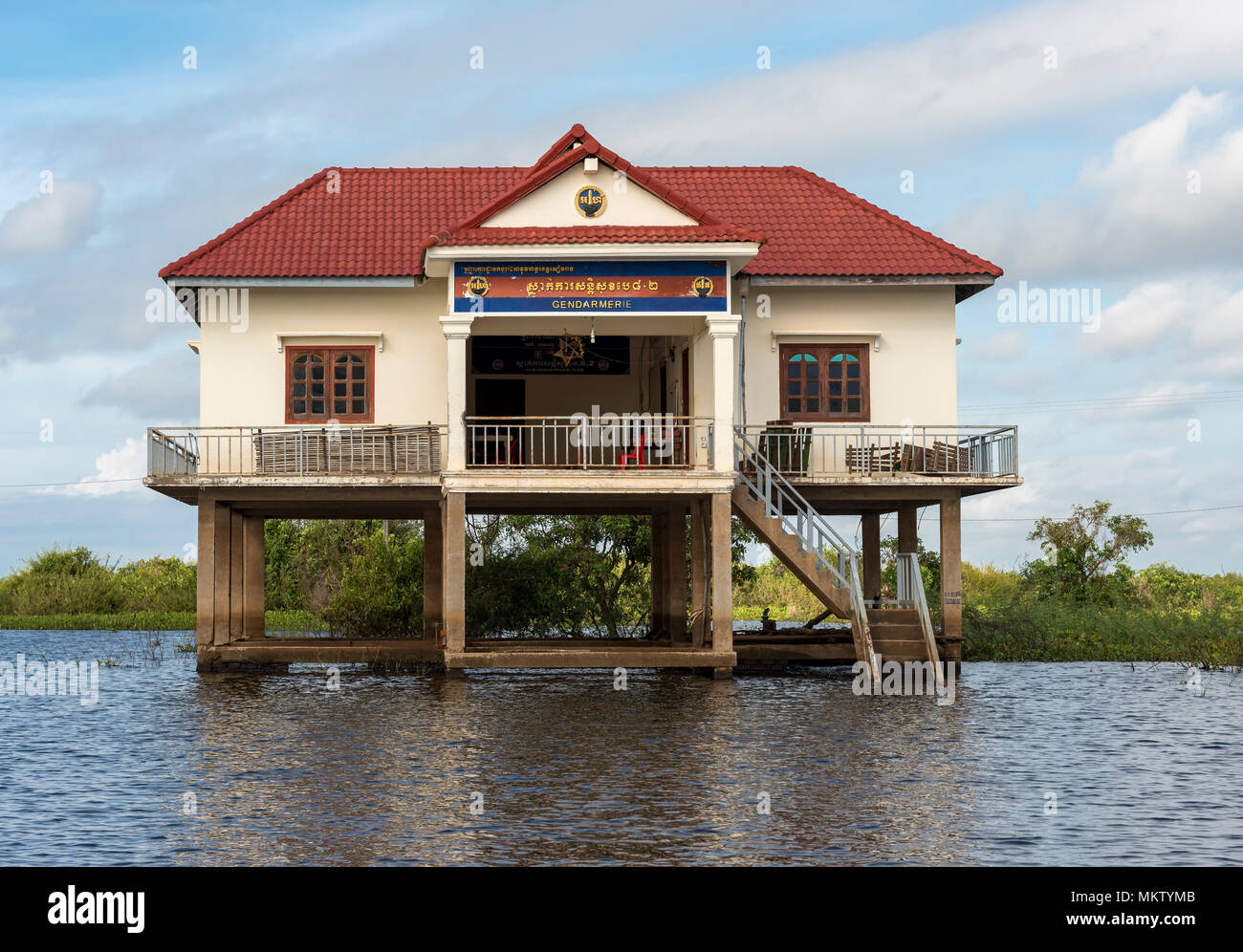 polizeistation auf stelzen in kompong phluk floating village tonle sap see kambodscha. Black Bedroom Furniture Sets. Home Design Ideas