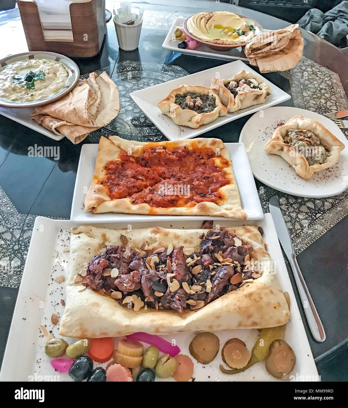 Laden Sie dieses Alamy Stockfoto Eine Vielzahl von syrischen Speisen und Gebäck, nahöstlichen Ursprungs - MM99RD