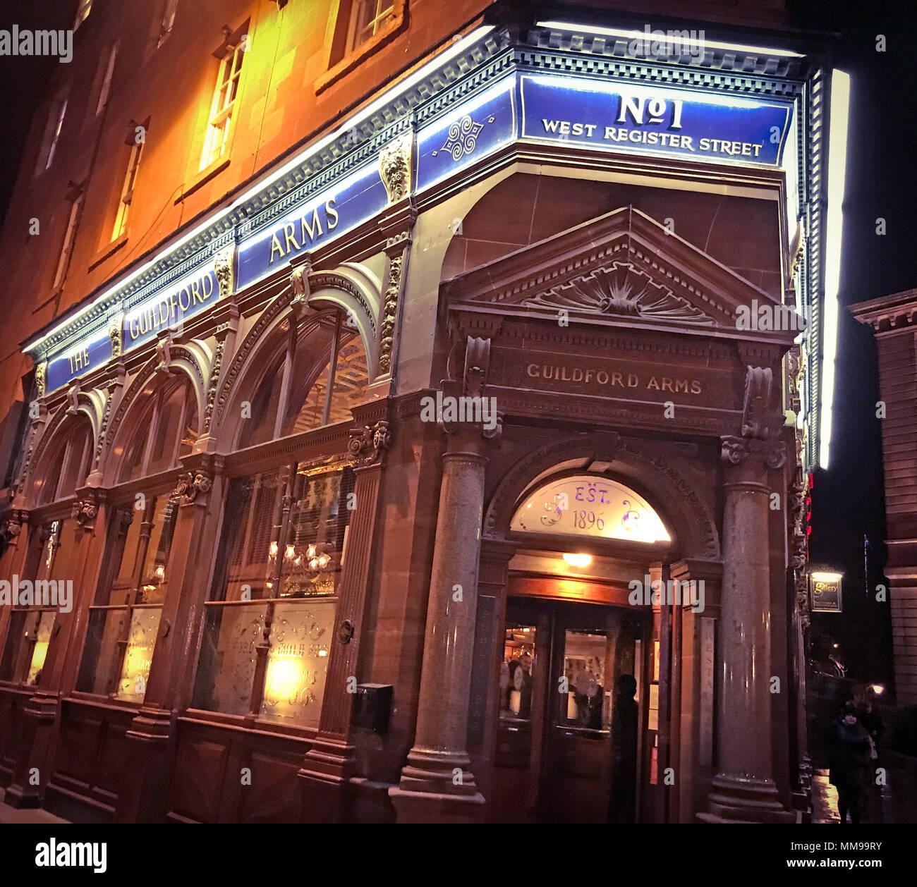 Laden Sie dieses Alamy Stockfoto Der Guildford Arms, Nr. 1, West Registrieren Street, Edinburgh EH2 2AA, Real Ale Pub, Schottland, UK, bei Nacht - MM99RY