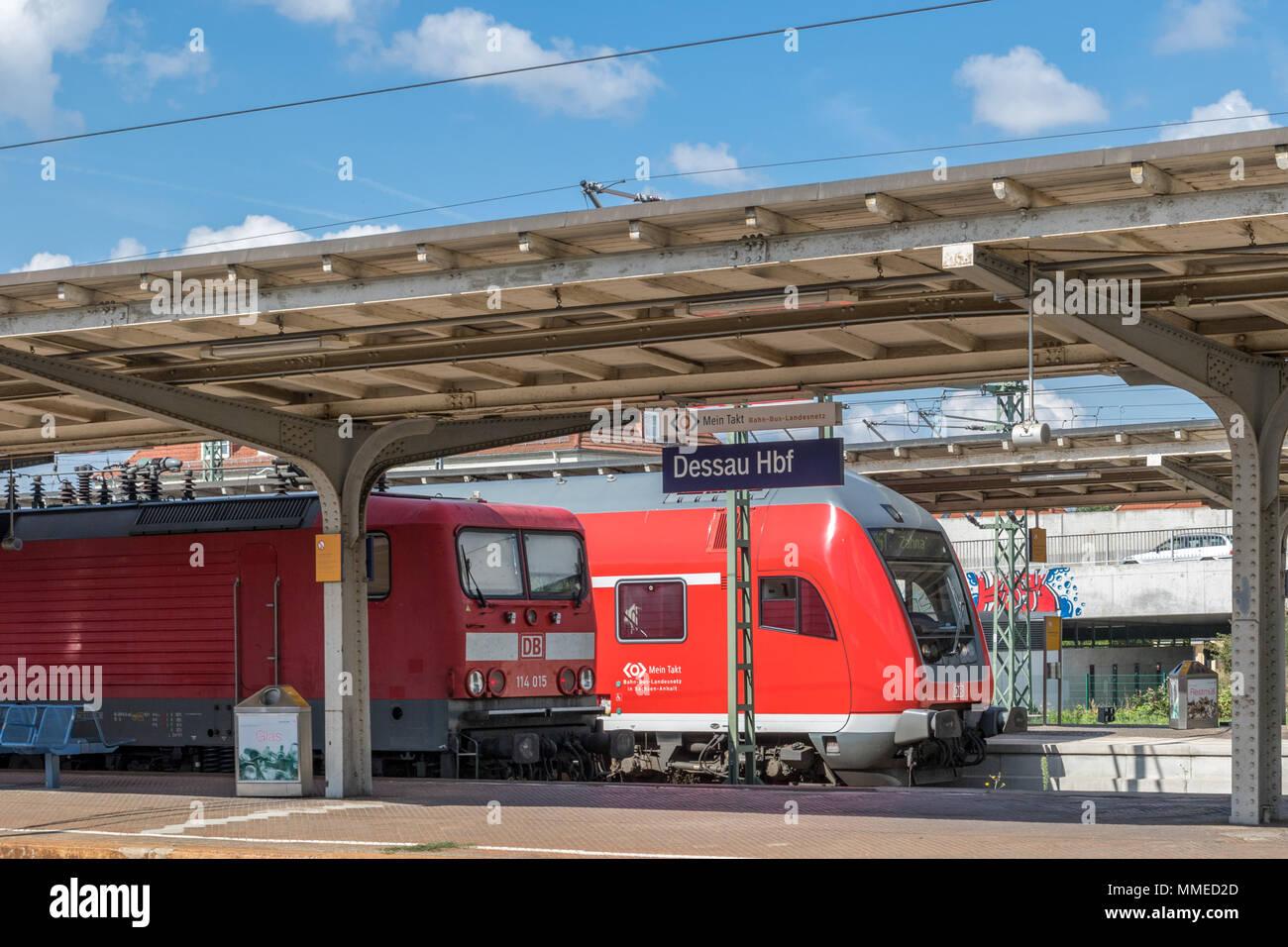 Regionalzuege im Dessauer Hauptbahnhof Stockbild