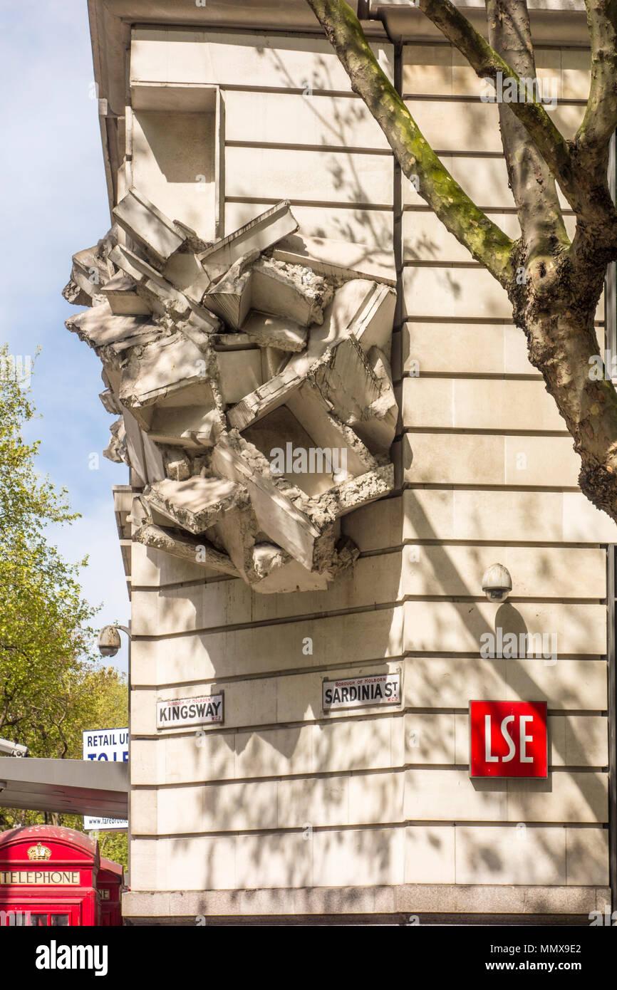 Platz der Baustein Skulptur von Richard Wilson, LSE Gebäude, Kingsway/Sardinien Street, London, UK Stockbild