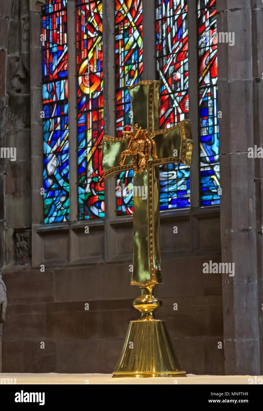 Laden Sie dieses Alamy Stockfoto Messing Kreuz auf dem Altar der Kathedrale von Manchester, Lancashire, England, Großbritannien - MNFTH9