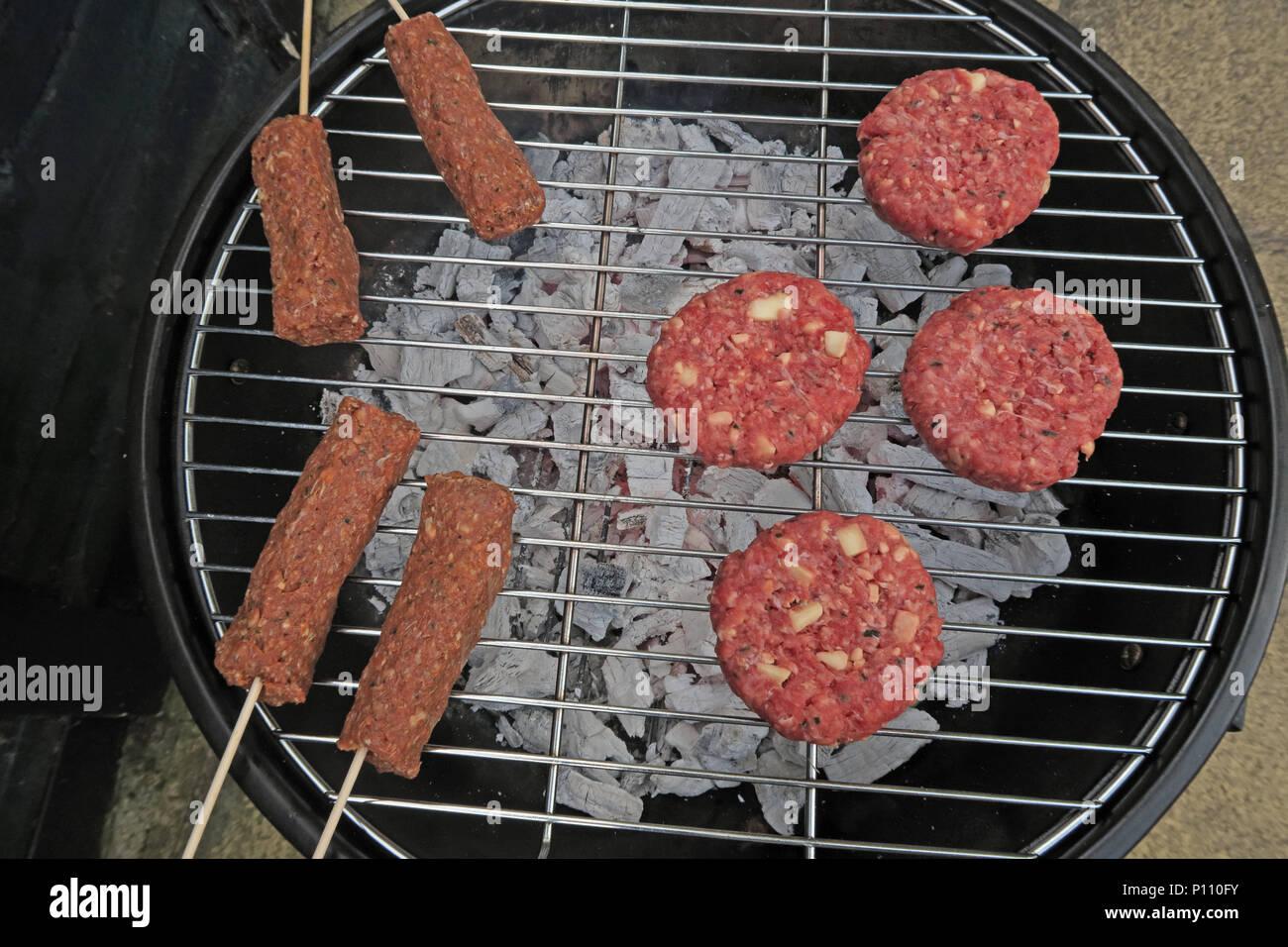 Laden Sie dieses Alamy Stockfoto Gefahren der Lebensmittelvergiftung von Sommer BBQ-Fleisch, Wurst, Rindfleisch Burger, Döner, gekocht oder roh - P110FY