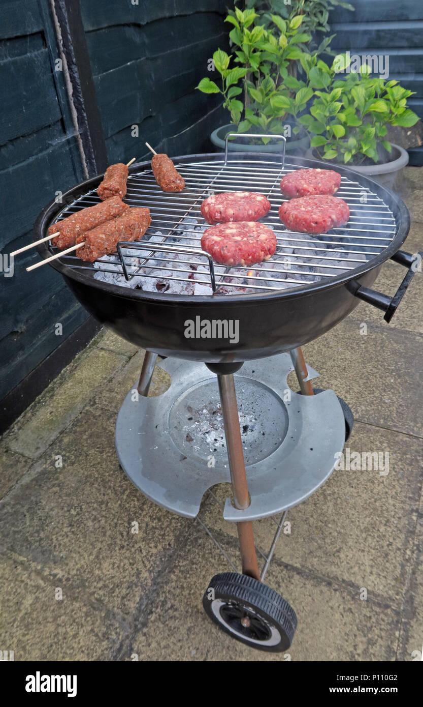Laden Sie dieses Alamy Stockfoto Gefahren der Lebensmittelvergiftung von Sommer BBQ-Fleisch, Wurst, Rindfleisch Burger, Döner, gekocht oder roh - P110G2
