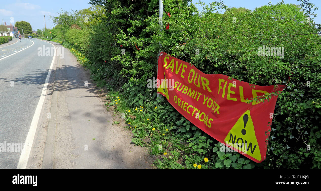 Laden Sie dieses Alamy Stockfoto Speichern Sie unsere Banner, grünes Band in Gefahr, ihre Einwände, Appleton Thorn, Warrington, Cheshire, England, Großbritannien - P110JG