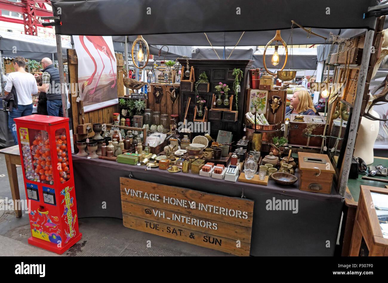 Laden Sie dieses Alamy Stockfoto Altrincham Market House, Vintage Honig Interieur Stall, Trafford, Greater Manchester, North West England, Großbritannien - P307F0