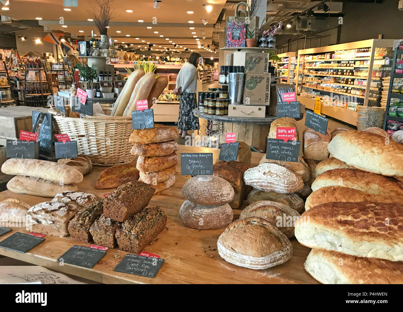 Laden Sie dieses Alamy Stockfoto Artisan Brot, M 5 Gloucester Hofladen Raststätte, Gloucestershire, England, Großbritannien - P4HWEN