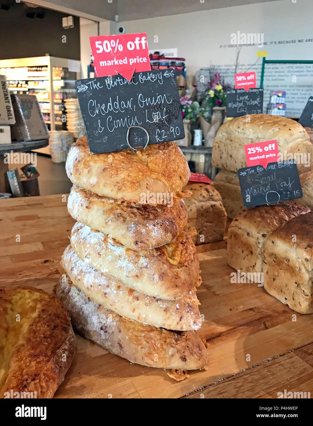 Laden Sie dieses Alamy Stockfoto Artisan Brot, M 5 Gloucester Hofladen Raststätte, Gloucestershire, England, Großbritannien - P4HWEP