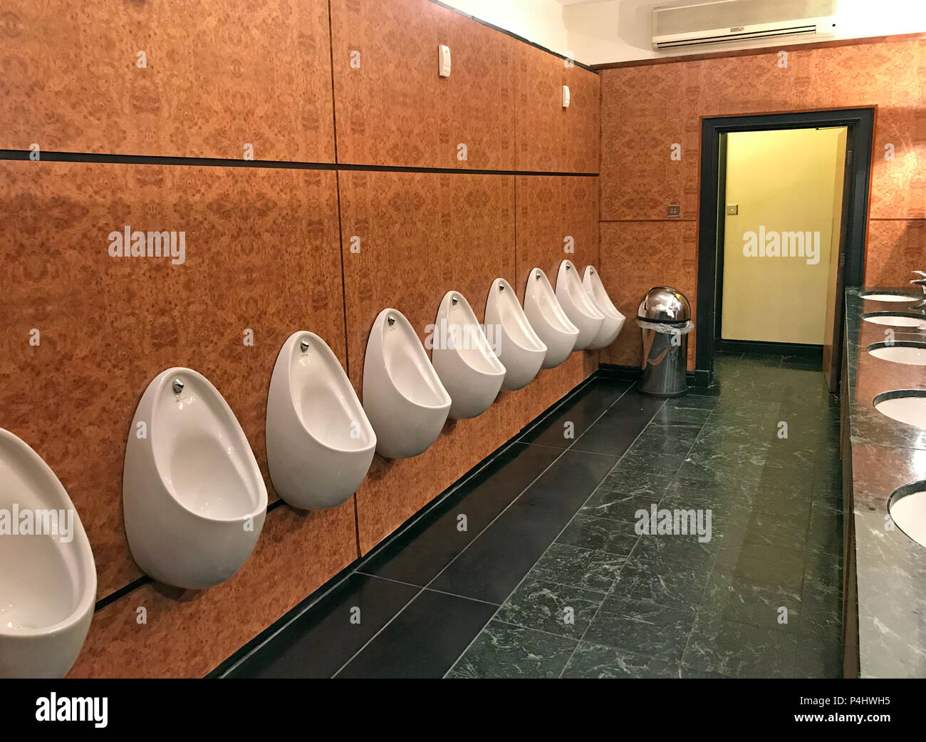 GoTonySmith,@HotpixUK,toilet,toilets,urinals,WC,line,of,leeds,fixture,for,pisspot,piss,pissing,waterless,water-less,sensor-operated,sensor