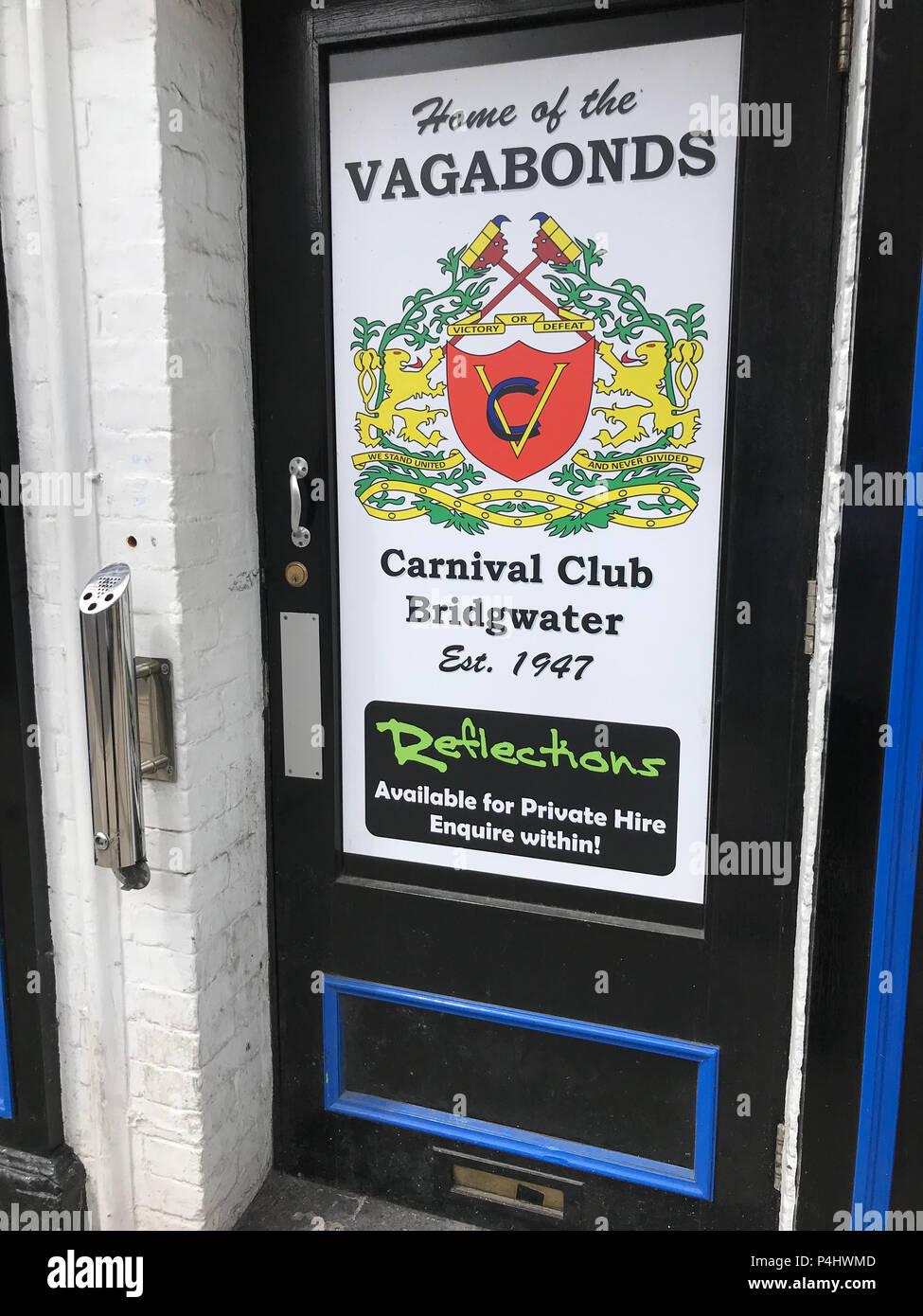 Dieses Stockfoto: Haus der Vagabunden Karneval Club, High Street, Bridgwater - Reflexionen Club Tür, Bridgwater, Somerset, England, Großbritannien - P4HWMD