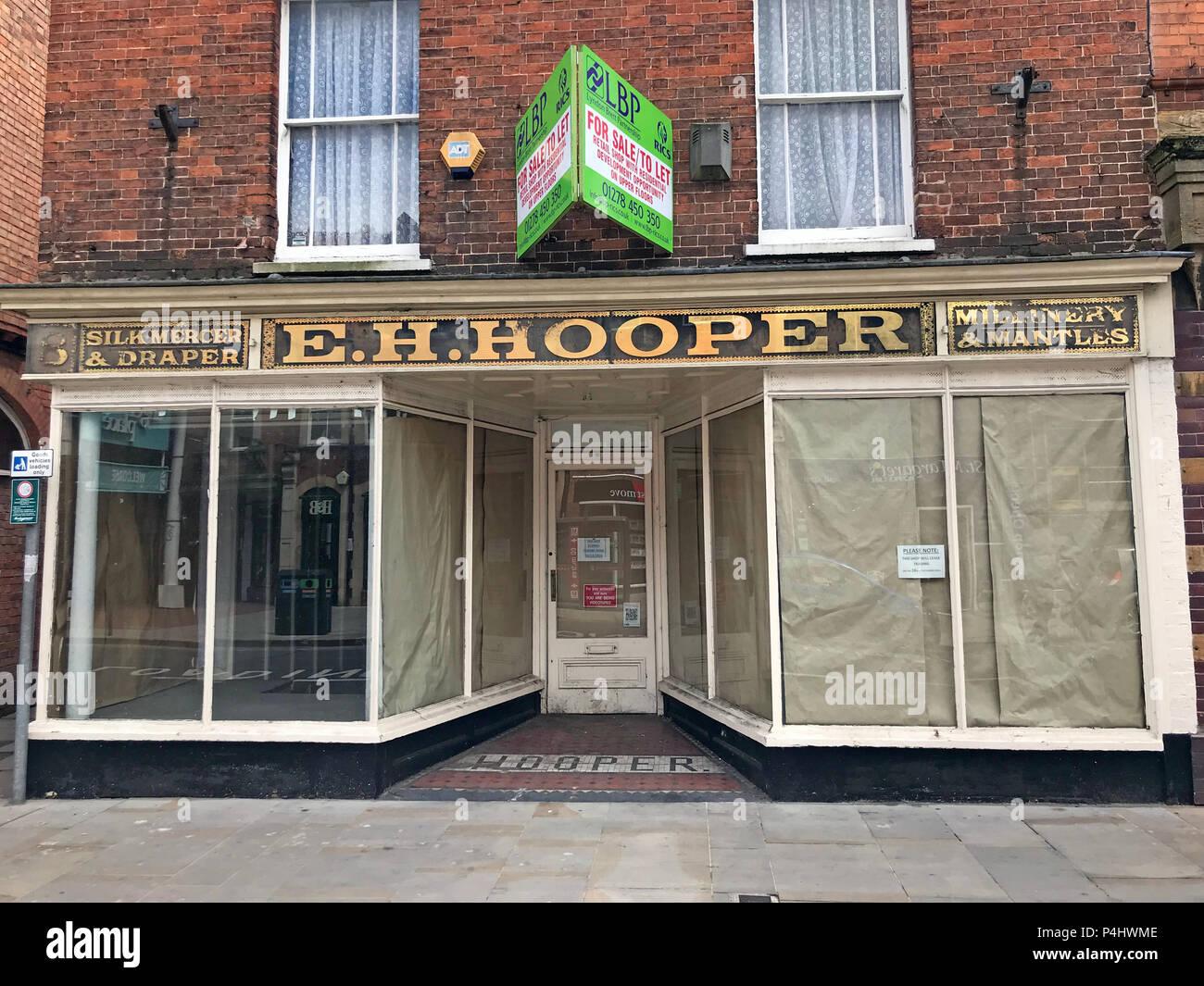 Dieses Stockfoto: EH Hooper, Seide Mercer & Draper, Millinery & Mäntel Shop Anmelden gold Schriftzug, 25 High Street, Bridgwater, Somerset, England, UK, TA 6 3. - P4HWME