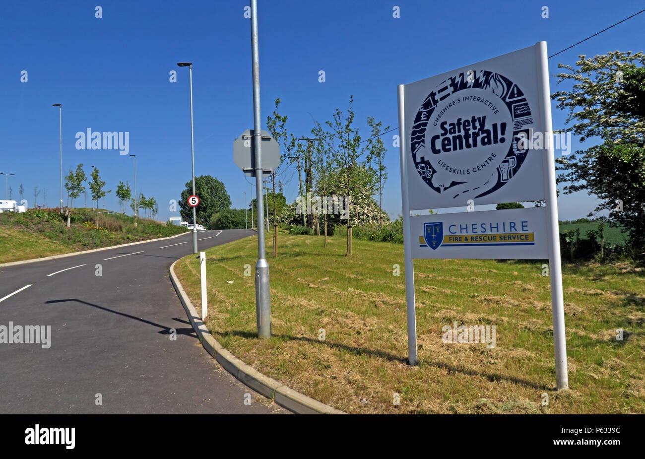 Laden Sie dieses Alamy Stockfoto Warrington, Cheshire Fire & Rescue, Cliff Lane, Lymm, Warrington, Cheshire, North West England, UK, WA13 0TE - P6339C