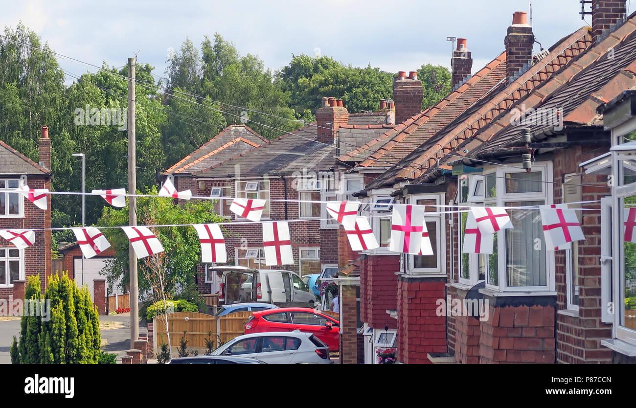 Laden Sie dieses Alamy Stockfoto St George Cross ed auf weißen Fahnen, in einer Wohnstraße, Grappenhall, Warrington, Cheshire, North West England fliegen, Großbritannien - P87CCN
