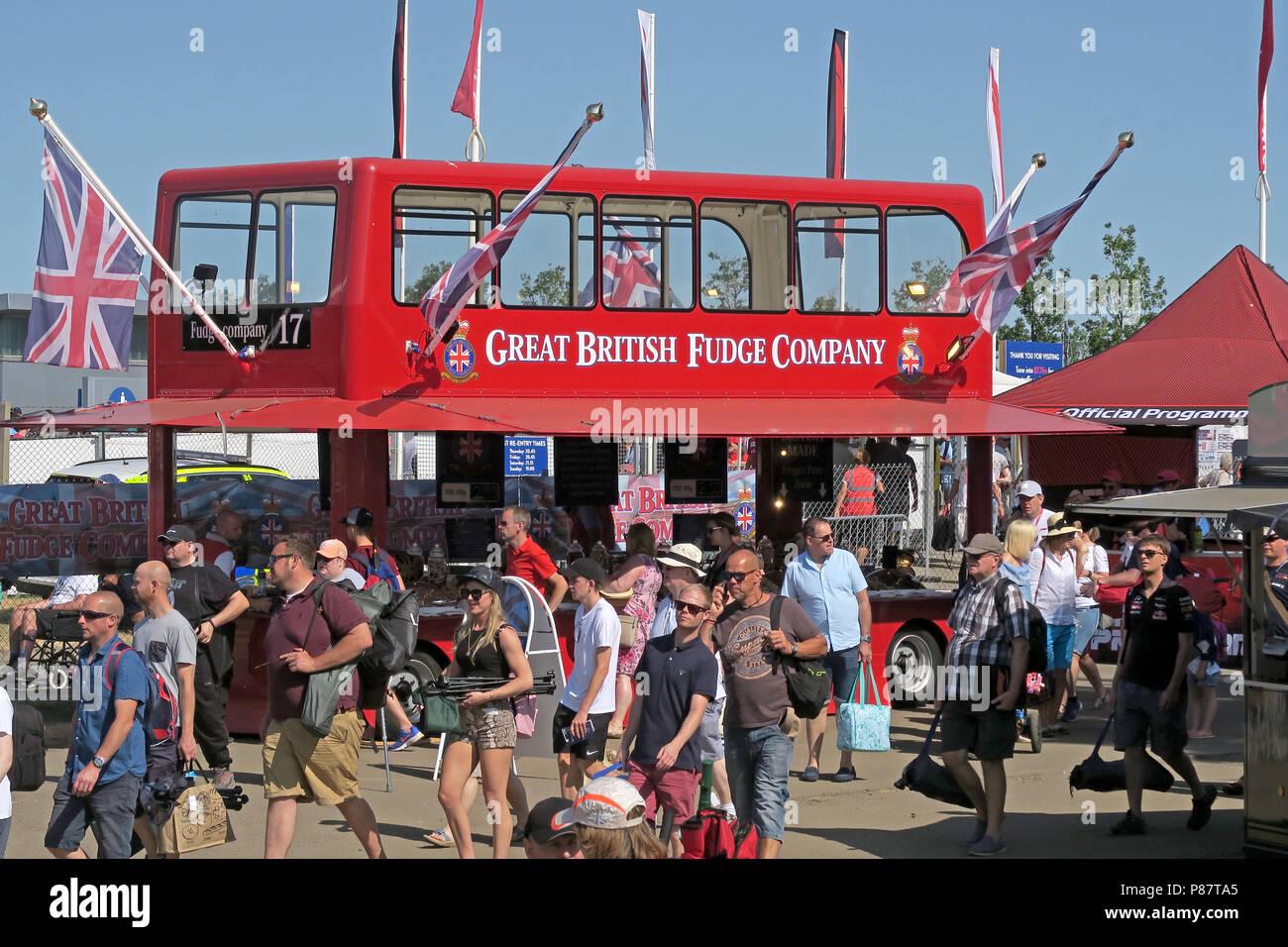 Laden Sie dieses Alamy Stockfoto Der große britische Fudge Firma Red Bus Sweet Shop, Silverstone, England, Großbritannien - P87TA5