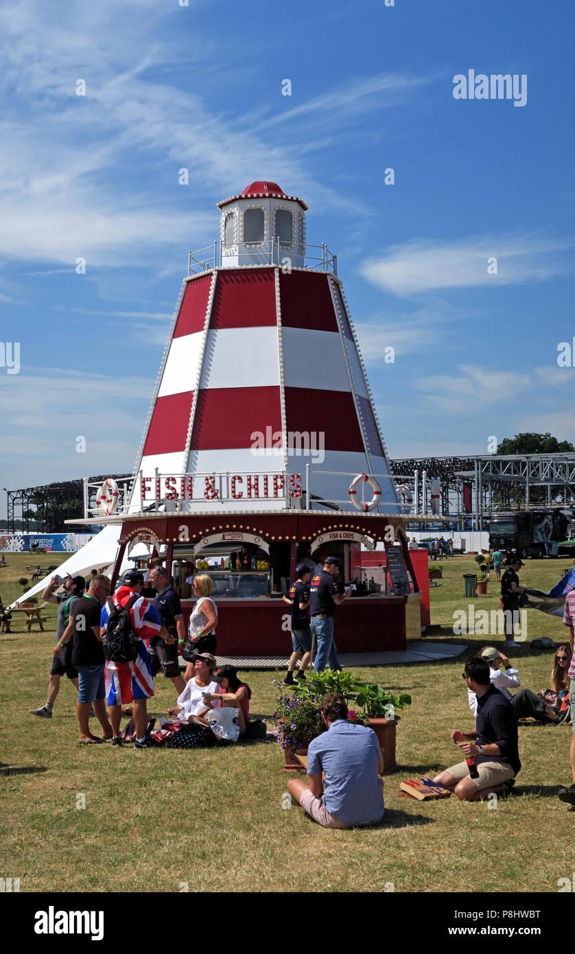 Dieses Stockfoto: British Festival Fisch und Chip Shop wie ein Leuchtturm, England, UK geformt - P8HWBT