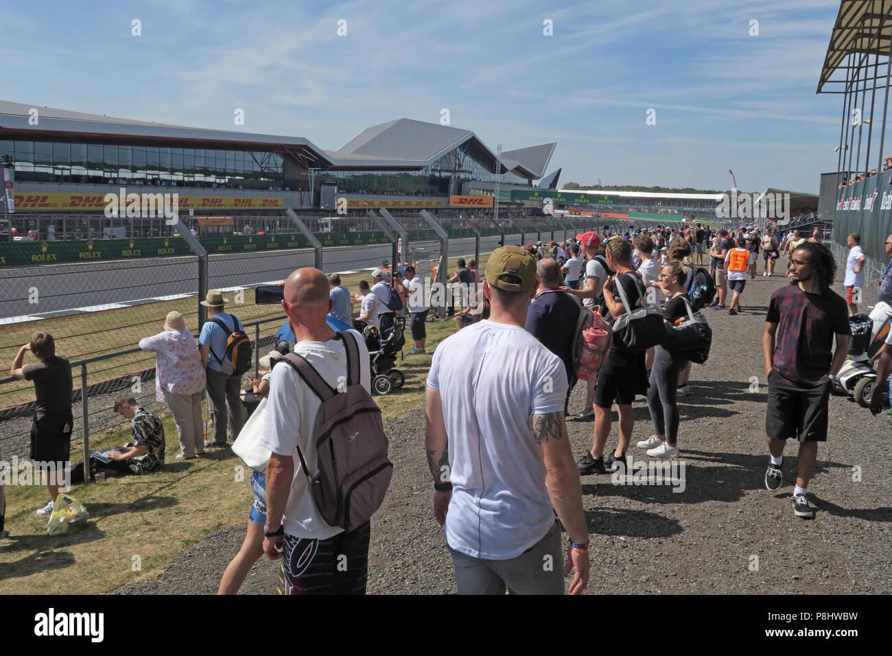 Dieses Stockfoto: Silverstone Formel 1 und Stehplatz Zuschauer, Northamptonshire, West Midlands, England, Großbritannien - P8HWBW