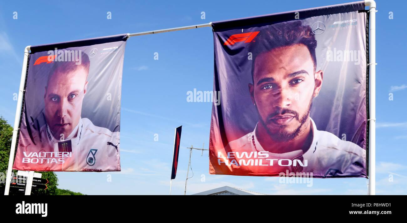 Dieses Stockfoto: Lewis Hamilton und Valtteri Bottas Bilder auf Fahnen, Silverstone, Northampton, Britischen Grand Prix 2018, England, Großbritannien - P8HWD1