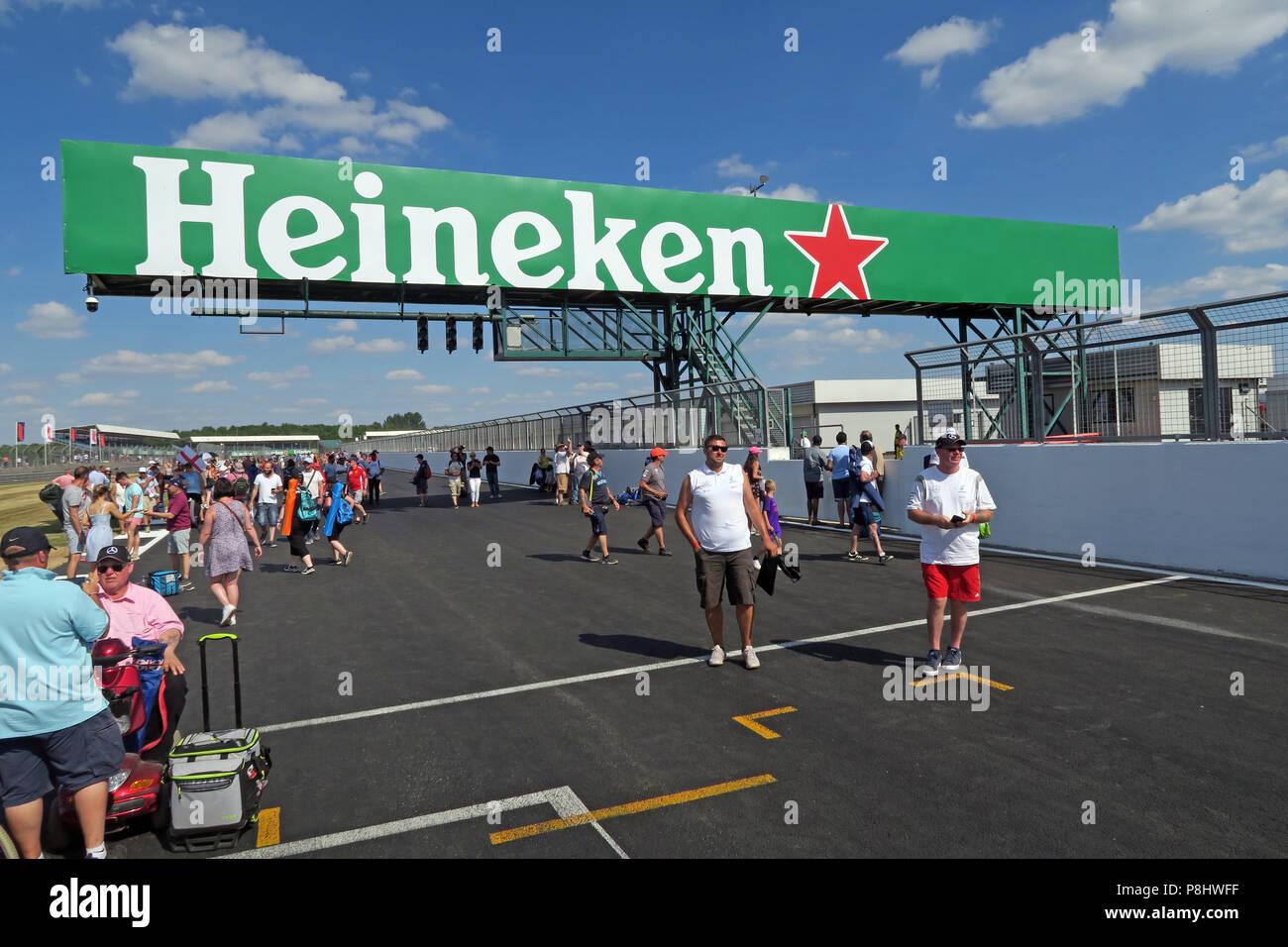 Dieses Stockfoto: Heineken Bier Bier Werbung auf der britischen Grand Prix, Strecke, Silverstone, Silverstone, Towcester, Northampton, England, UK, NN12 8TL - P8HWFF