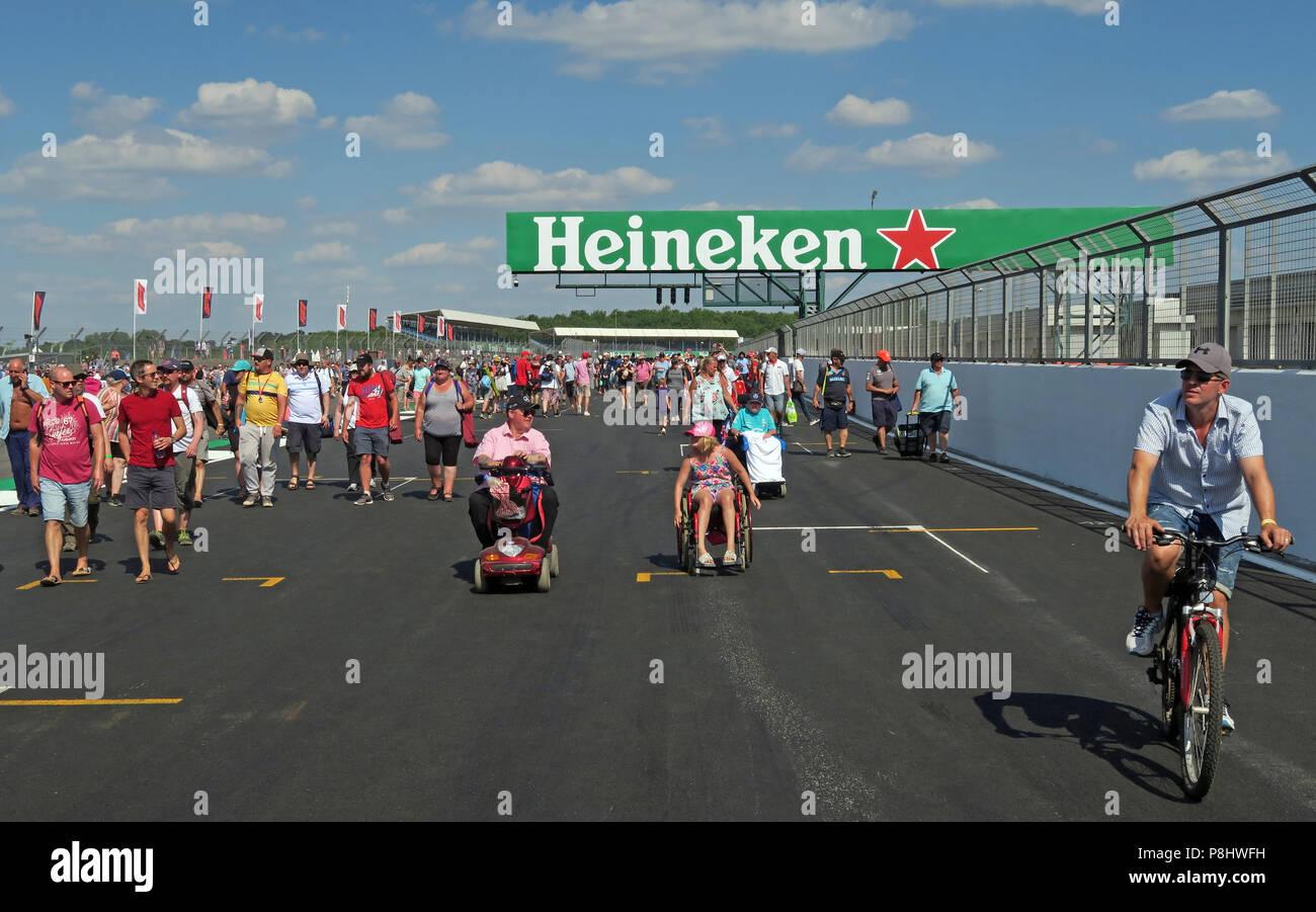 Dieses Stockfoto: Heineken Bier Bier Werbung auf der britischen Grand Prix, Strecke, Silverstone, Silverstone, Towcester, Northampton, England, UK, NN12 8TL - P8HWFH