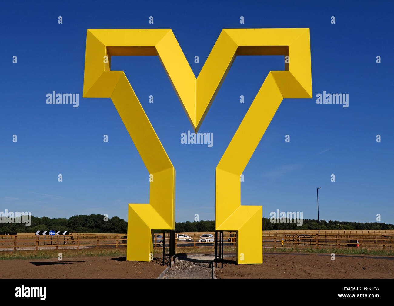 Laden Sie dieses Alamy Stockfoto Große gelbe Y Artwork, Herzlich Willkommen bei den Yorkshire Gateway, Bawtry Road, Rossington, South Yorkshire, England, UK, DN 11 0 GT (Querformat) - P8KEYA