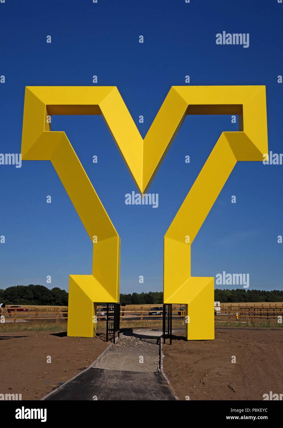 Laden Sie dieses Alamy Stockfoto Große gelbe Y Artwork, Herzlich Willkommen bei den Yorkshire Gateway, Bawtry Road, Rossington, South Yorkshire, England, UK, DN 11 0 GT (Hochformat) - P8KEYC