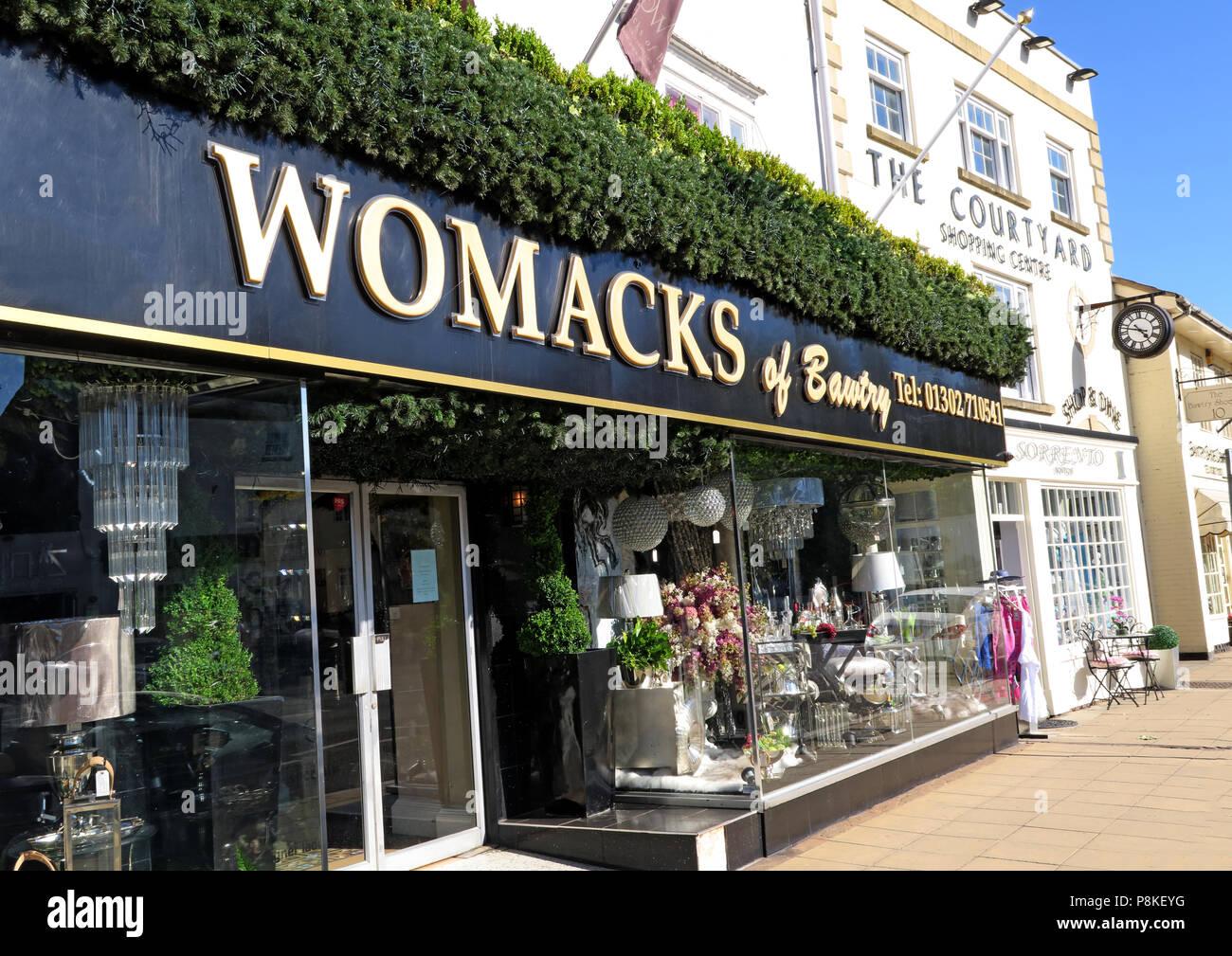 Dieses Stockfoto: Womacks von Lerwick, 16-18 High Street, Bawtry, Doncaster, South Yorkshire, England, UK, DN 10 6 JE - P8KEYG